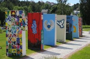 Dominosteinene utstilt i Fredsparken, Risør sommeren 2011