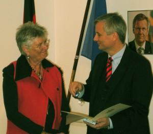 Helga Arntzen og ambassadør Detlev Rünger. (© Deutsche Botschaft Oslo)