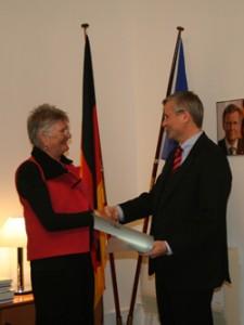 Helga Arntzen og ambassadør Detlev Rünger. Foto: Uwe Arntzen