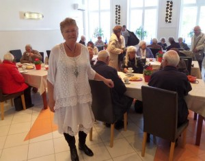 Helga Arntsen serverte kaffe, vafler og hjemmelaget jordbærsyltetøy (Foto: Thomas Juell)