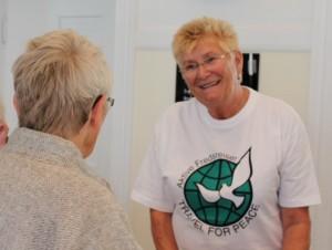 En smilende opplagt Helga Arntzen betjente kassa og serverte vått og tørt til publikum.