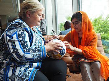 Ernar Solberg med Malala som signerer UNICEF-ballen